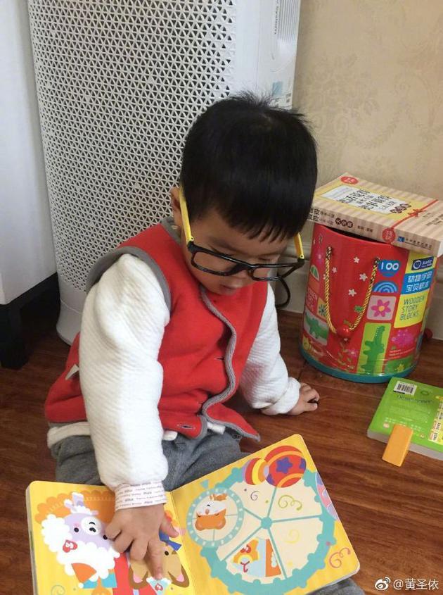 黄圣依为小儿子庆两岁生日 安麟呆萌乖巧