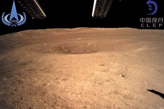 嫦娥四号着陆器监视相机C 拍摄的着陆点南侧月球背面图像,玉兔二号巡视器将朝此方向驶向月球表面 新华社发 月球背面月壳为何比正面厚? 月球有哪些被隐藏的过往? 艾特肯盆地是如何形成的? 能否监听宇宙深处的电磁信号? 据新华社电 这是人类第一次揭开古老月背的神秘面纱。2019年1月3日10时26分,嫦娥四号探测器自主着陆在月球背面南极-艾特肯盆地内的冯卡门撞击坑内,实现人类探测器首次月背软着陆。 经过约38万公里、26天的漫长飞行,1月3日,嫦娥四号进入距月面15公里的落月准备轨道。 北京航天飞