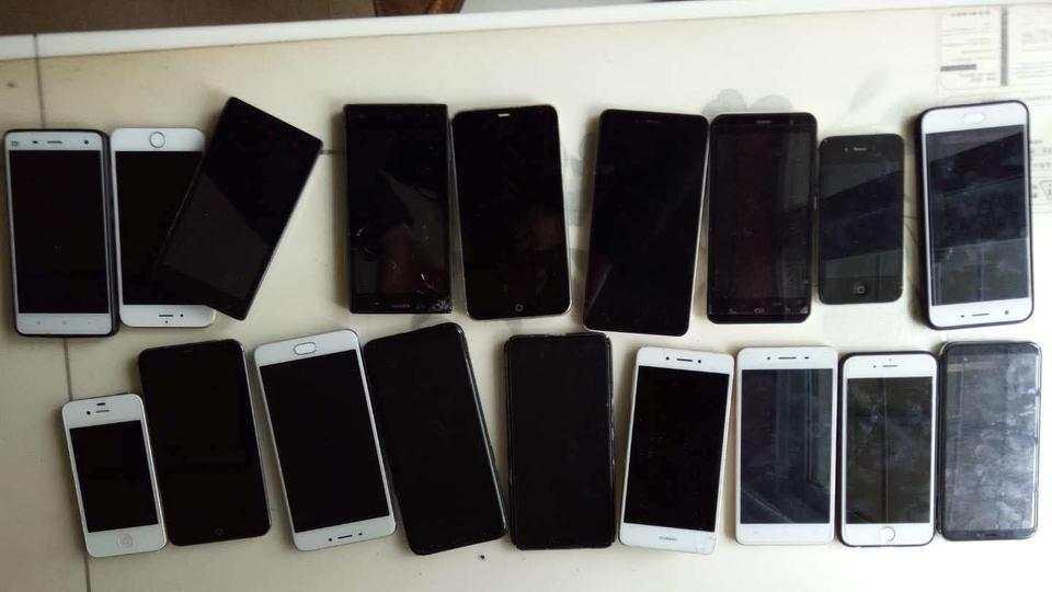 绵阳安州中学一个班两学期砸了近20部手机,家长:砸得好
