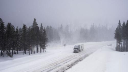 大规模冬季风暴席卷美国中西部:道路封闭 9人丧生