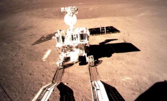 1月4日凌晨,中国国家航天局在北京发布消息说,嫦娥四号着陆器与被命名为玉兔二号月球车的巡视器已于1月3日夜里顺利分离,玉兔二号月球车驶抵月球背面表面,在月背留下人类探测器的第一道印迹。图为嫦娥四号着陆器上监视相机拍摄的玉兔二号在月背留下第一道痕迹的影像图,这一历史画面也通过鹊桥中继星顺利传回地面。中新社发 中国国家航天局供图 版 图 这一年,太空前所未有的忙碌。全球全年共有114次轨道发射,两次失败。这个发射数字是1990年以来的新高。这其中,37次属于中国,没有失败。中国成为了全球航天发射次数最多的国