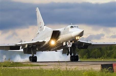 俄罗斯一架图-22M3轰炸机降落时坠毁致3人死亡