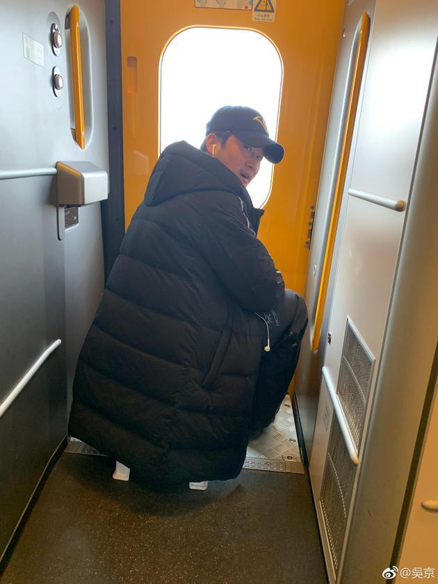 吴京带小板凳坐火车却遭质疑 12306这样解释