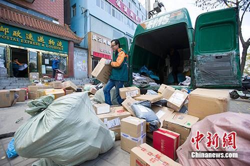 资料图:物流人员在分拣快递。<a target='_blank' href='http://www.chinanews.com/'>中新社</a>记者 张云 摄