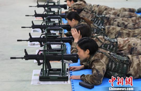 """3个月的新兵封闭式训练是成为""""海霞""""女民兵的必经过程 吴长谊 摄"""