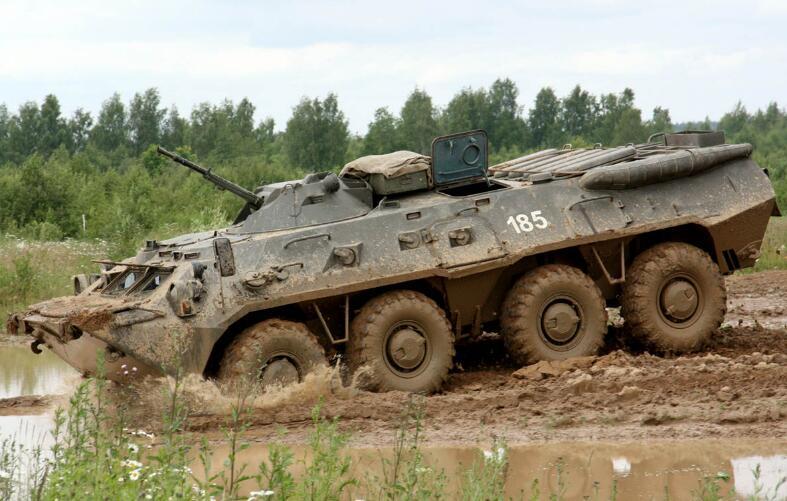 俄媒:俄军一辆装甲车翻入40米深峡谷 3死2伤