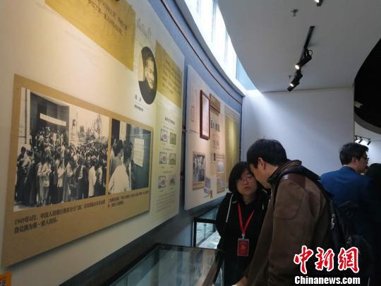 展览首次集中展示了新中国成立以来第一至第五套人民币的制造、发行成果 唐贵江 摄