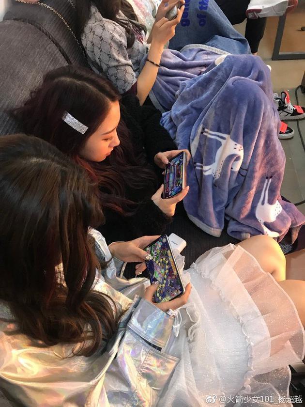 杨超越晒队友坐一起打游戏照片:女孩子分两种