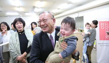 """因少子化问题严重 日本政府鼓励""""带孩子上班"""""""