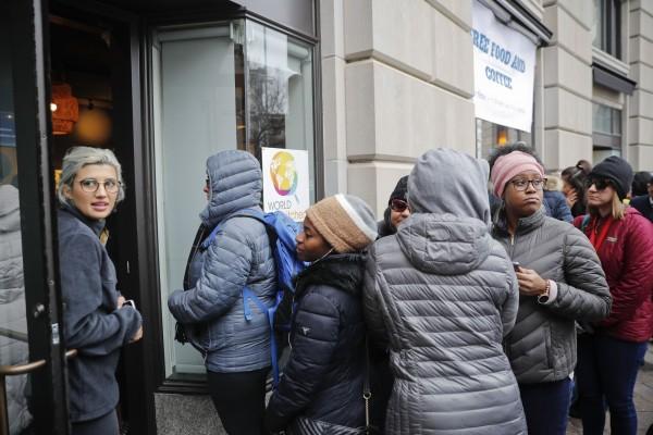难民营?美政府近1月没开门 公务员排长队领免费餐