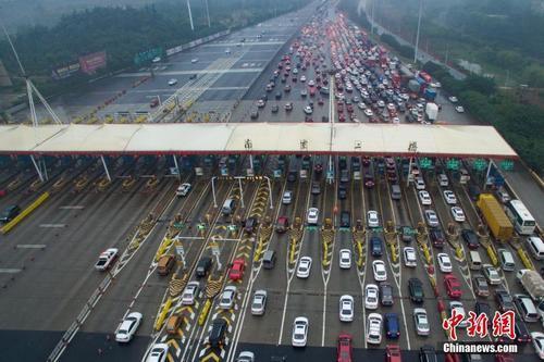 资料图:车辆通过收费站。<a target='_blank' href='http://www.chinanews.com/'>中新社</a>记者 泱波 摄