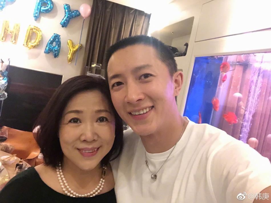 韩庚35岁生日 与妈妈女友卢靖姗温馨同框