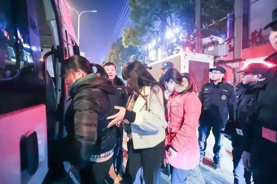 50人涉卖淫嫖娼被500警力连夜抓获 现场画面流出