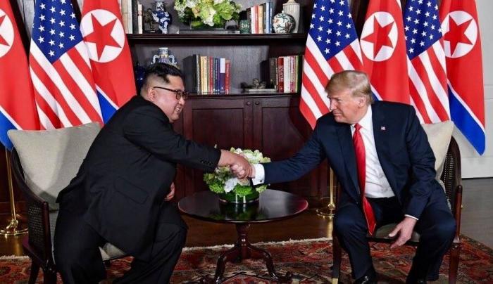 越南朝鲜外长举行会谈 两人握手微笑合影