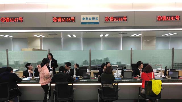 年后首个工作日,记者暗访广州多个行政服务窗口发现……