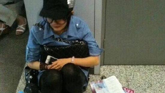 网友机场偶遇杨幂等安检 蹲地玩手机毫无星架