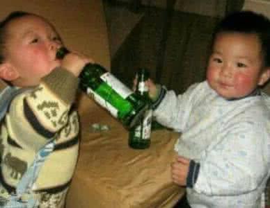 """爸爸主动倒酒""""锻炼""""儿子酒量 13岁男孩神志不清"""