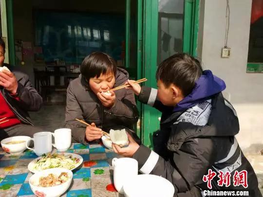 """""""妈妈,让我做你的眼睛!""""12岁男孩牵手失明母亲走过十余年"""