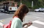 """走路玩手机有风险!意大利为""""低头族""""设警示软垫"""
