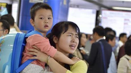 广州一妈妈带着儿子找工作 期望月薪是2万5千元