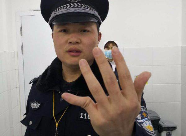 练过功?女子暴力抗法 竟把警察手指掰折45°