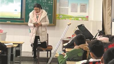 """跪着上课的""""钢铁""""老师:坚持是教师的常态"""