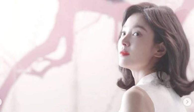 宋慧乔一袭白色紗裙出镜仙气十足展冻龄美貌