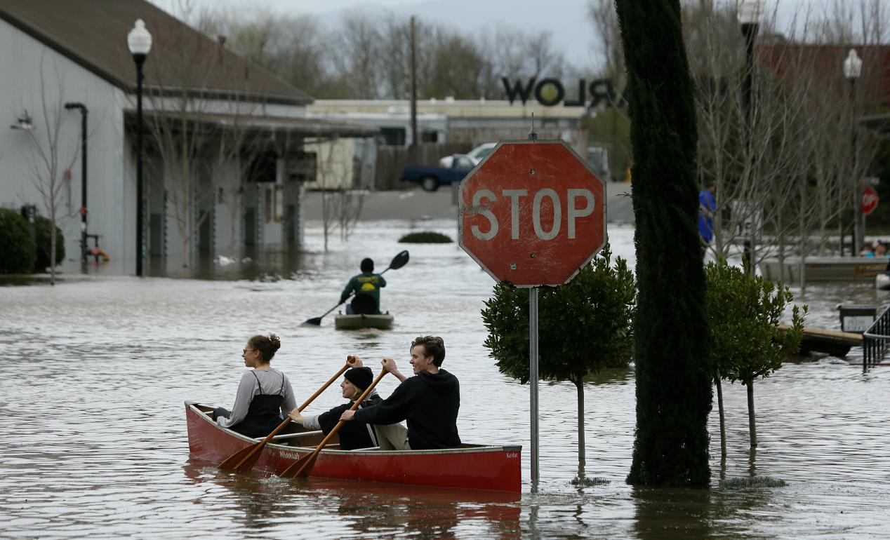美国加州遭遇洪水袭击 民众划船撤离