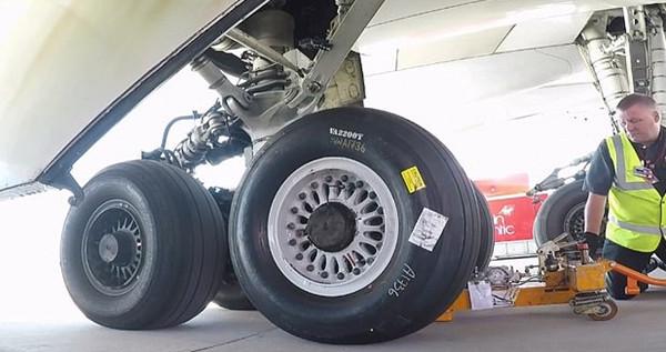 微速摄影记录工程师为波音747换轮胎过程