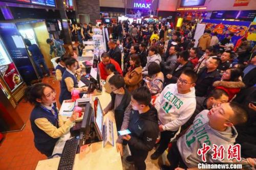 资料图:山西太原一影院,民众正在购票准备入场观影。 张云 摄