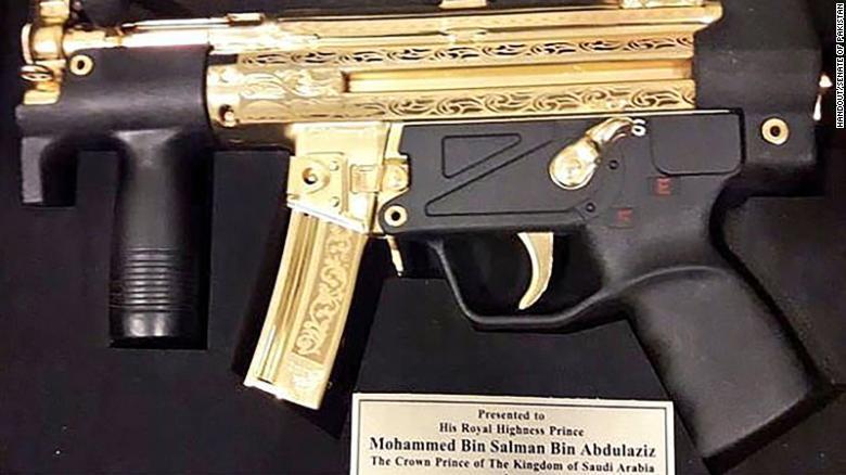 硬核禮物!巴基斯坦送給來訪沙特王儲一桿黃金沖鋒槍