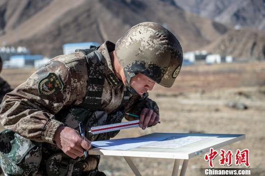 图为军事地形学考核。 王述东 摄