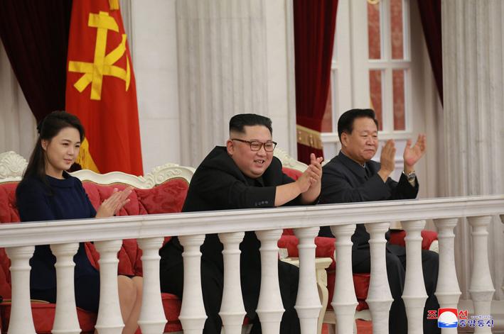金正恩夫妇观看建军节演出