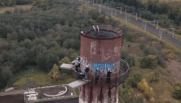 战斗民族果然猛!俄2女3男百米高烟囱上玩蹦极