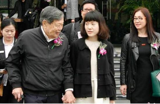 43岁翁帆与96岁杨振宁近照曝光 双手紧握恩爱幸福