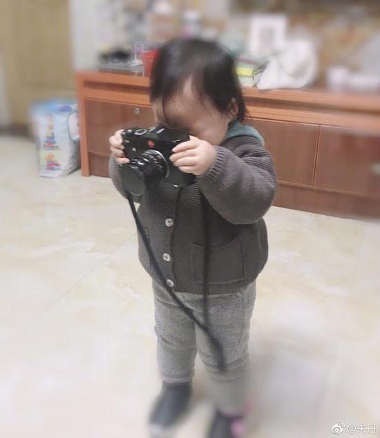 朱丹女儿拿相机记录生活 网友:父母是最好的老师