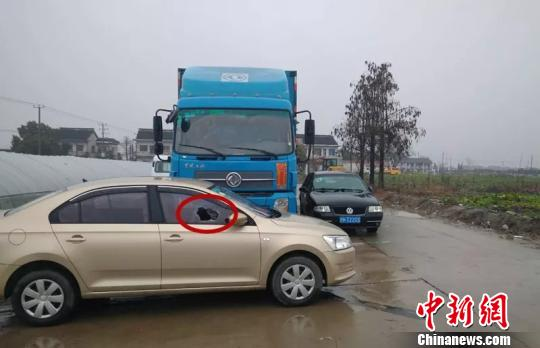 上海一车主因车辆被堵 砸邻车泄愤被拘留