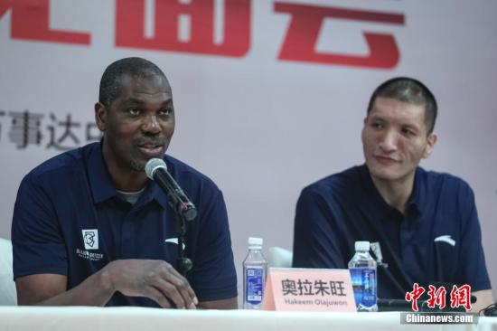 资料图:奥拉朱旺就是从非洲走出的NBA巨星。