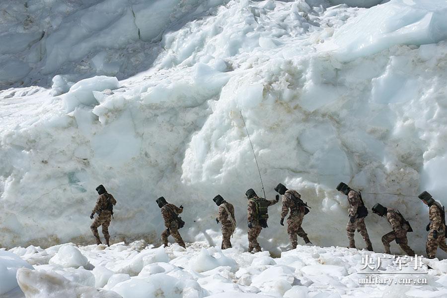 边防军人海拔6280米巡逻高原冰川:贺岁迎春在云端
