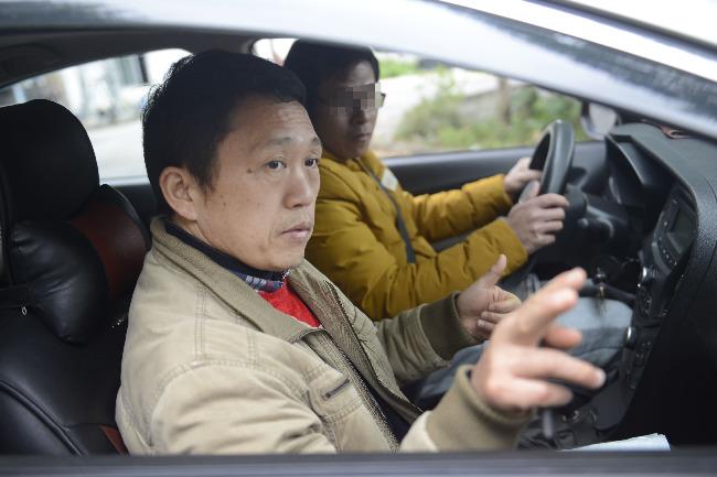 """""""不说话""""的驾校教练 数年时间 他教出近五十名聋人司机"""