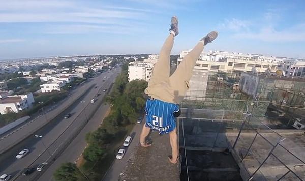 惊魂一刻!摩洛哥跑酷运动员在79米高楼顶倒立