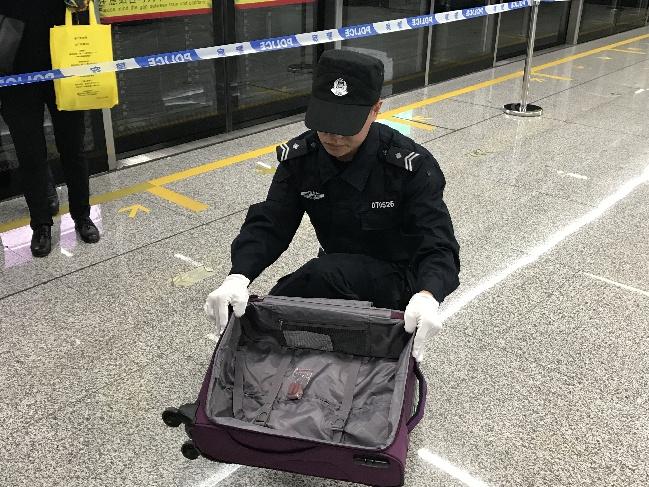 """萌爆!警犬进地铁车厢成 """"流动安检机"""",1分钟内识别可疑物品!"""