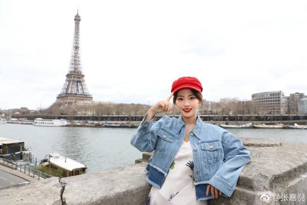 张嘉倪多年后重游巴黎 再现紫菱经典手势引回忆杀