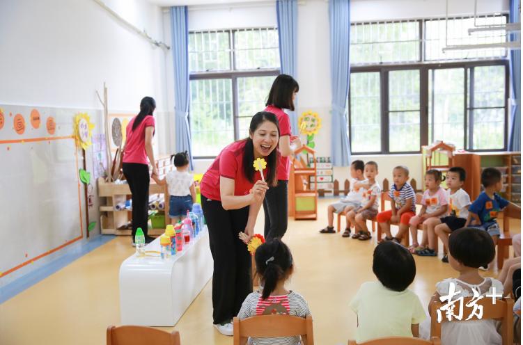 连空气也是贵的?广东个别高价幼儿园,每学期光学费就7万元