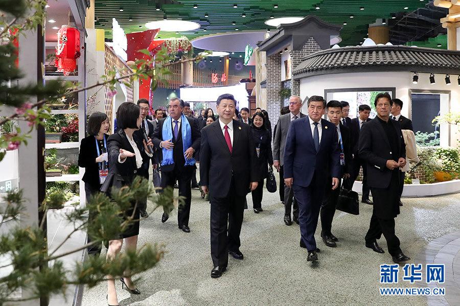 习近平和彭丽媛同出席2019年中国北京世界园艺博览会的外方领导人夫妇共同参观园艺展