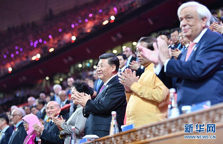 习近平和彭丽媛同出席亚洲文明对话大会的外方领导人夫妇共同出席亚洲文化嘉年华活动