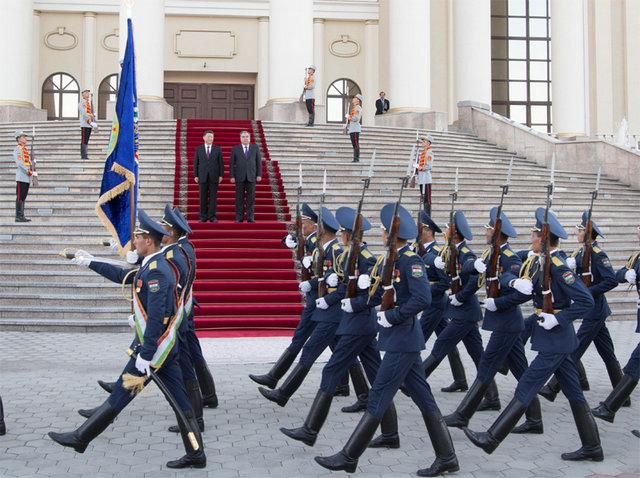 6月15日,國家主席習近平在杜尚別同塔吉克斯坦總統拉赫蒙會談。會談前,拉赫蒙在總統府前廣場為習近平舉行盛大歡迎儀式。新華社記者 李學仁 攝