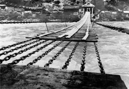 大渡河上的泸定桥旧照(资料照片)。新华社发