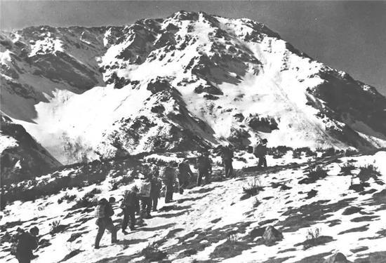图为红军长征时经过的雪山——夹金山(资料照片)。新华社发