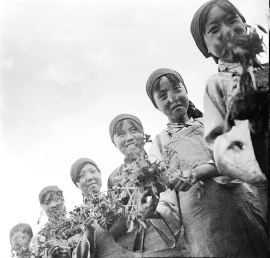 红军中的文艺工作者(资料照片)。新华社发(埃德加·斯诺摄)